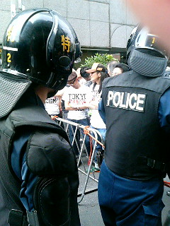檻に入れられる抗議者