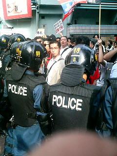さらにおしこまれる抗議者